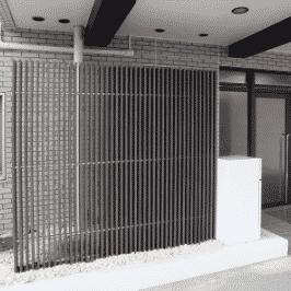 Lattenzaun Sichtschutz zweiseitig in dunklem braun am Eingangsbereich