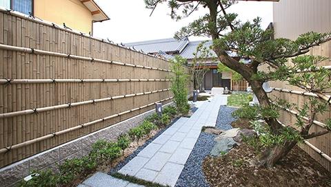 Japanischer Garten mit Aluminiumzaun in Bambusoptik