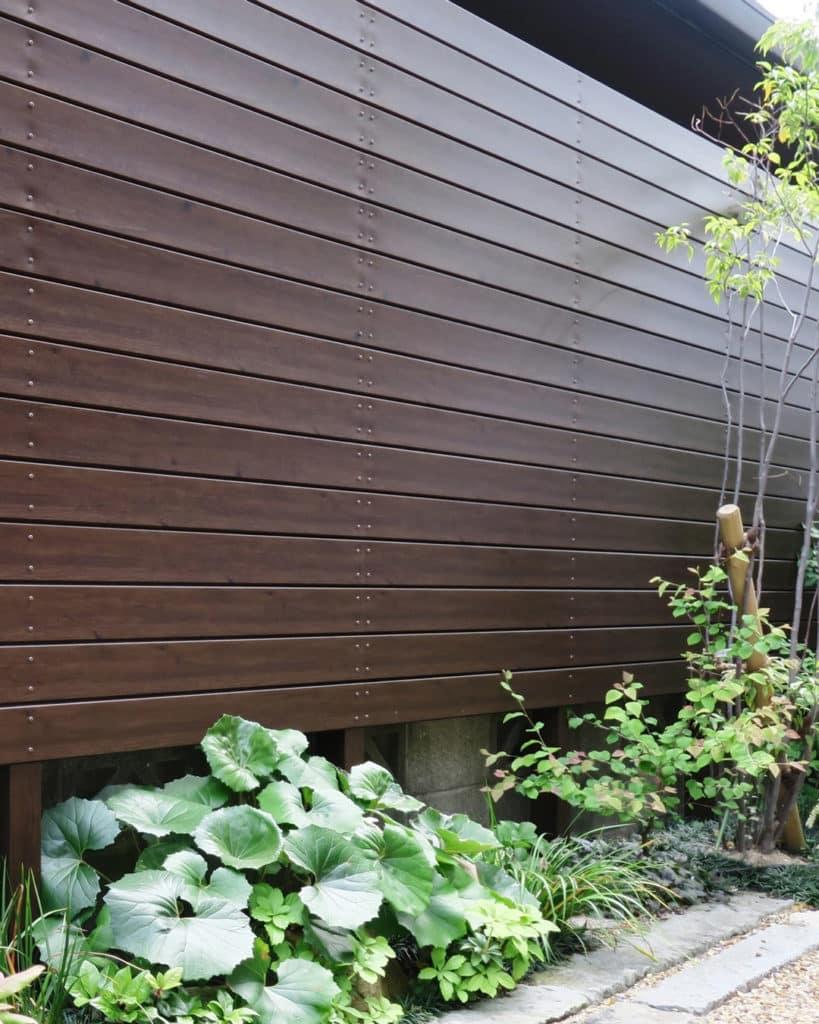Sichtschutz aus Aluminium in Holzoptik